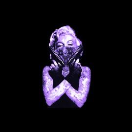 Marilyn Monroe camisa púrpura en el arma definitiva en negro