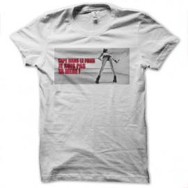 tee shirt tape dans le fond blanc