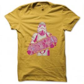 monopatín de la camisa amarilla soldado de asalto