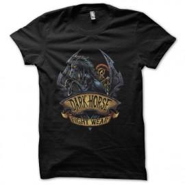 camisa del caballo oscuro caballero negro